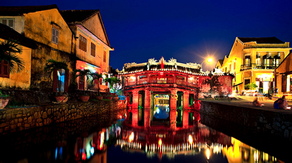 Hoi An Japanese bridge in night